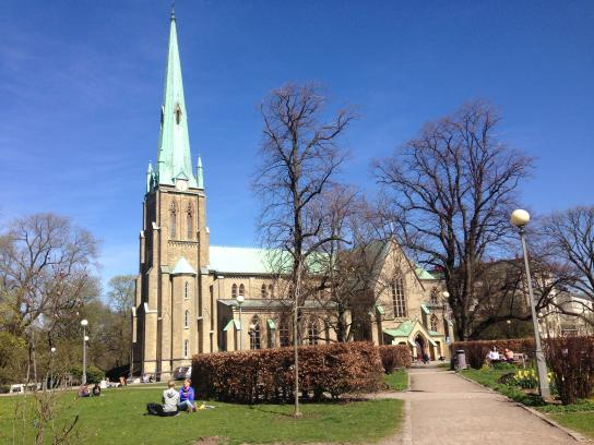 Vid Hagakyrkan är det sköna gräsmattor. En park mitt i vimlet.