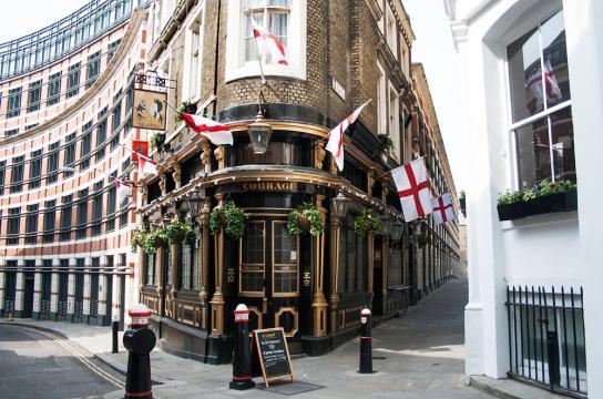 Dricka Guinness och gå på pub är saker som tillhör Londonlivet. Om man är sugen på en öl eller två är man på rätt ställe! England är känt för sina klassiska och mysiga pubar. Överallt i staden kan man hitta pubar för alla sorter och smaker.