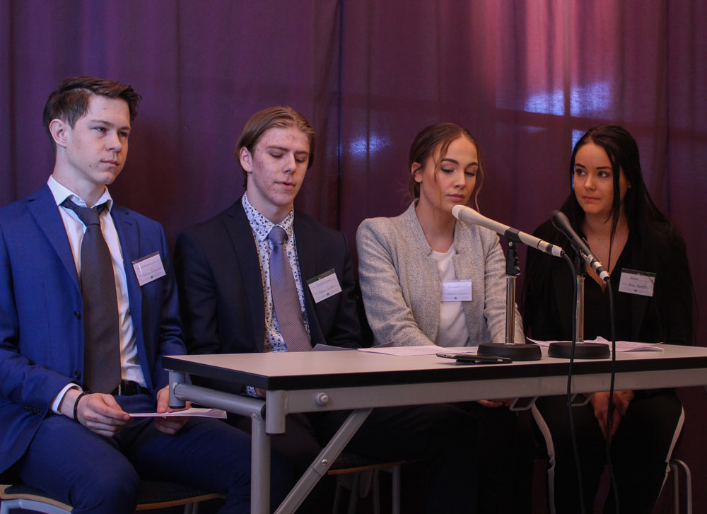 Storbritaniens delegat Hannes Lindén, framför i presskonfernasen landets resolution.