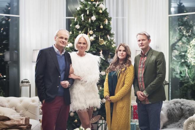 Bild: Linnea Rheborg<br /><span>Fredrik (Johan Rheborg), Mickan (Josephine Bornebusch), Anna (Mia Skäringer) och Alex (Felix Herngren) på julkvällen</span>