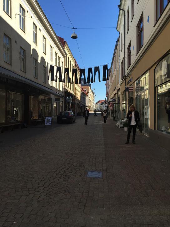 Mysiga gator med många små butiker och fik.