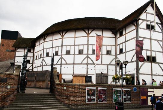Efter att ha brunnit ner ett antal gånger är teatern nu på plats för alltid. Shakespeares teater \