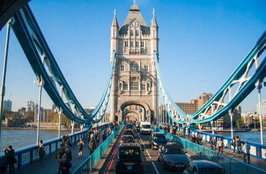 Den 244 meter långa bron Tower Bridge som sträcker sig över Themsen är ett måste att se eller besöka. Den är fin att beundra på avstånd, men kan man inte få nog av den så kan man antingen promenera, cykla eller åka bil över den.
