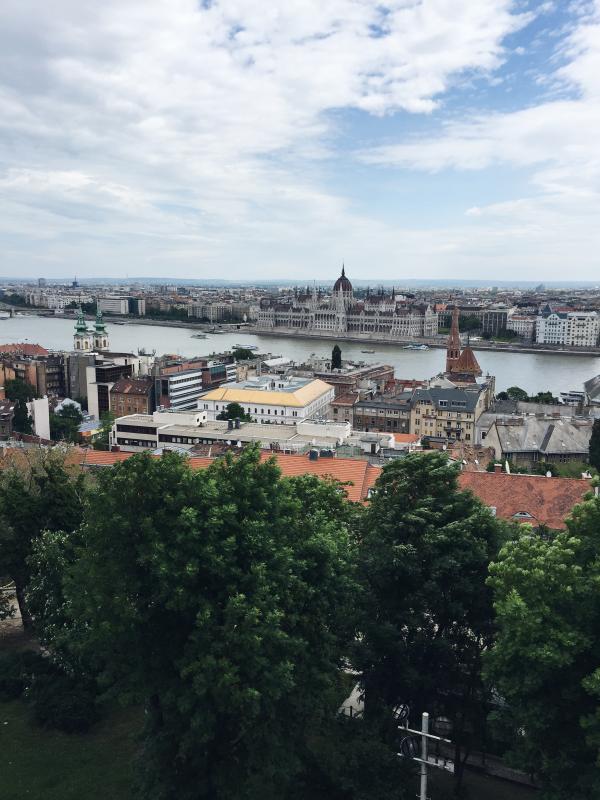 En vy över Budapest och det ungerska parlamentet.